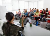 Classe di scuola con strumenti digitali